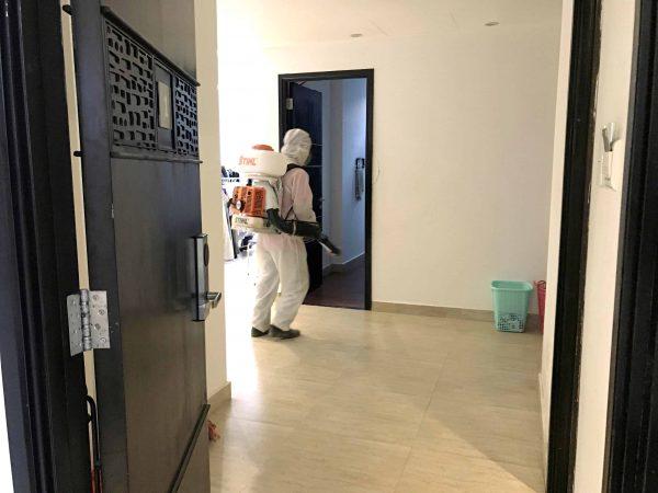 Nhân viên tiến hành phun khử trùng